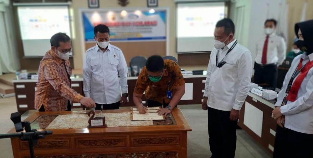 Suasana penandatangan pakta integritas program Pemulihan ekonomi Nasional (PEN) di Lantai II Inspektorat Provinsi Jambi, Kamis (8/4/2021).