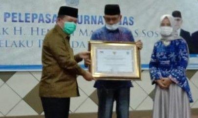 Bupati Merangin H Al Haris dan istri memberikan penghargaan kepada Pj Sekda H Hendri Maidalef yang memasuki masa pensiun