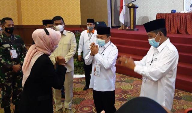Pj Gubernur saat memberikan selamat kepada Al HAris-Sani saat ditetapkan sebagai Gubernur dan wakil gubernur terpilih