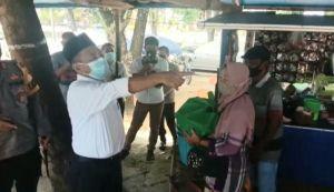 Plt Bupati Salurkan Bantuan Sosial Dampak Covid-19