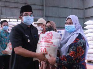 Bantuan Beras PPKM di Tanjabbar Mulai Disalurkan, Warga : Setidaknya Mengurangi Beban Kami