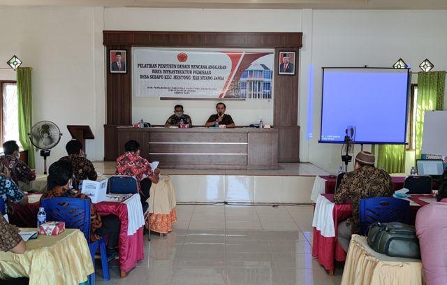 Suasana Pelatihan Penyusun Desain Rencana Anggaran Biaya Infrastruktur Pedesaan Desa Sebapo, Kecamatan Mestong, Muaro Jambi yang digelar oleh Dosen Fakultas Sains dan Teknologi (FST) Unja