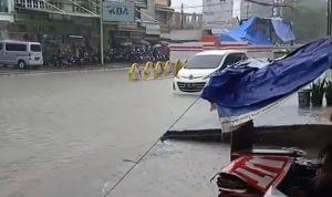 Hujan Deras, Jalan Utama Di Kota Jambi Tergenang Air