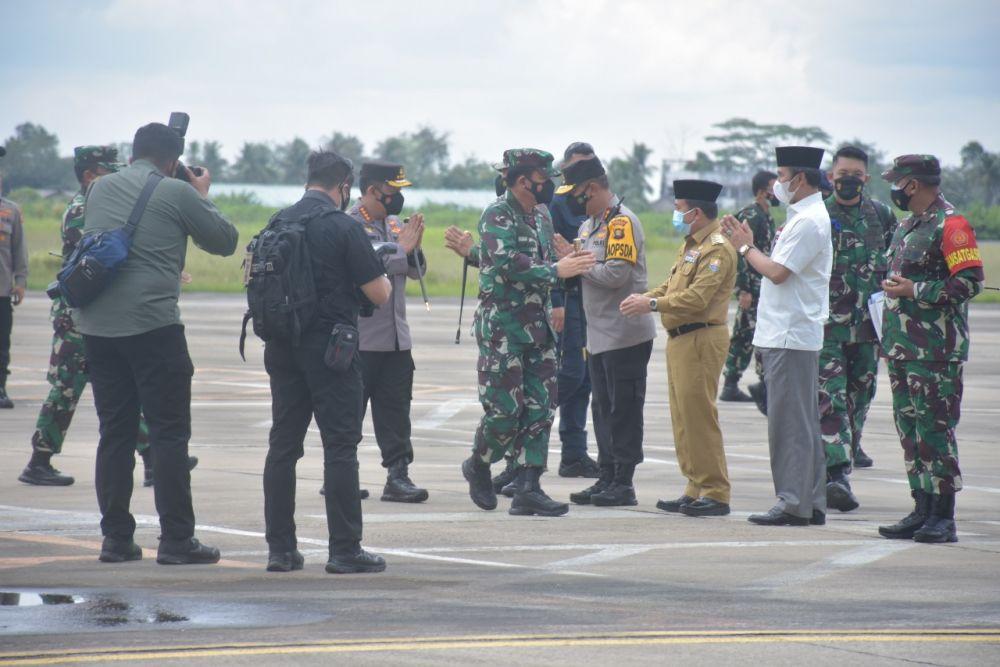 Kapolri Jenderal Listyo Sigit Prabowo bersama Panglima TNI Marsekal Hadi Tjahjanto saat Tiba di Bandara Sultan Thaha Jambi, Jum'at (17/9/2021).