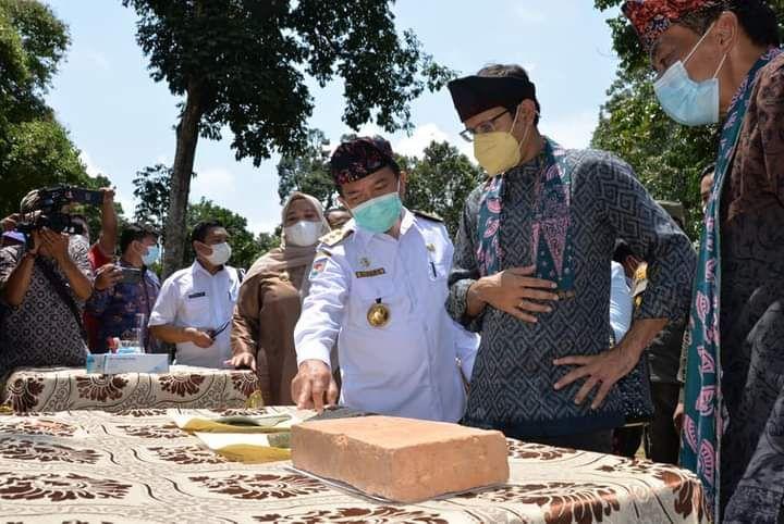 Gubernur Jambi Al Haris saat mendampingi Mendikbudristek Nadiem Anwar Makarim di Kawasan Candi Muaro Jambi