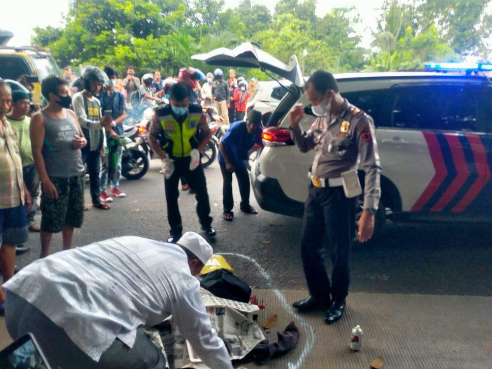 Kepolisian Polres Muaro Jambi saat mengangkat jenazah korban untuk dibawa ke RSUD Raden Mattaher Jambi
